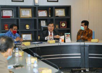 Pjs Gubernur Kaltara Teguh Setyabudi saat memimpin rapat dengan Kepala BPK Kaltara. Foto: Humas Pemprov Kaltara