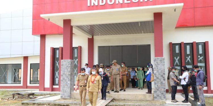 Pjs Gubernur Kaltara Teguh Setyabudi bersama rombongan saat meninjau Toko Indonesia. Foto: Humas Pemprov Kaltara