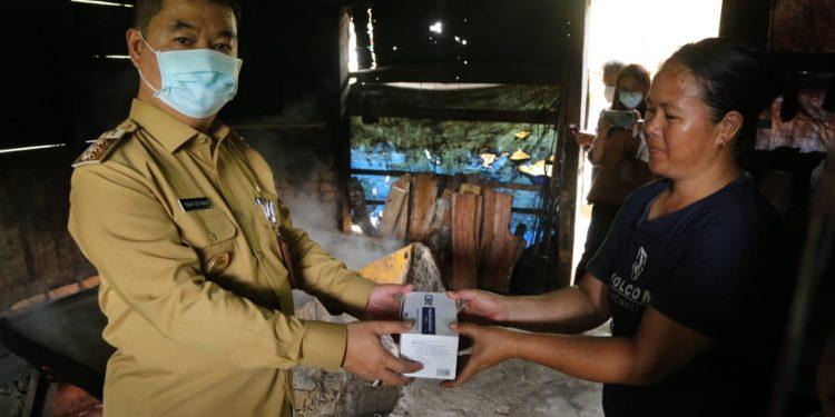 Pjs Gubernur Kaltara Teguh Setyabudi saat memberikan masker kepada warga di Krayan. Foto: Humas Pemprov Kaltara
