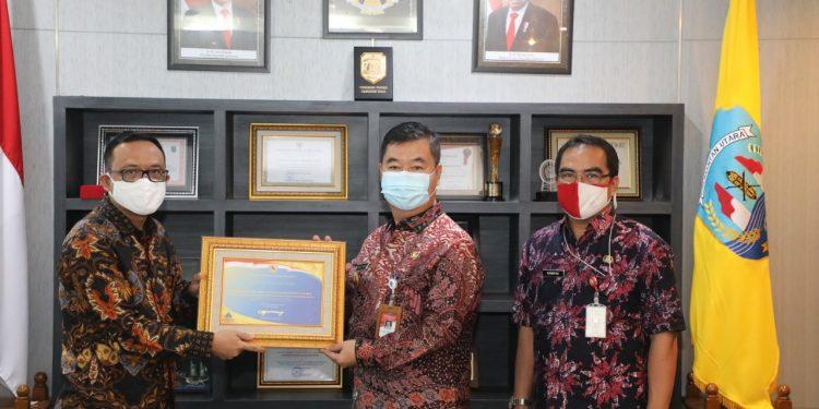 Pjs Gubernur Kaltara Teguh Setyabudi saat menerima penghargaan dari Menkeu. Foto: Humas Pemprov Kaltara