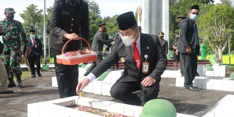 HARI PAHLAWAN : Pjs Gubernur Kaltara, Teguh Setyabudi saat melakukan tabur bunga di TMP Telabang Bangsa, Selasa (10/11) pagi.  Foto: Humas Provinsi Kaltara