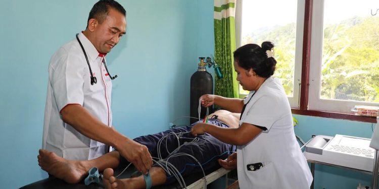 LAYANAN KESEHATAN : Kegiatan pelayanan pengobatan gratis, Dokter Terbang di salah satu kecamatan di Kaltara, belum lama ini.  Foto: Humas Provinsi Kaltara