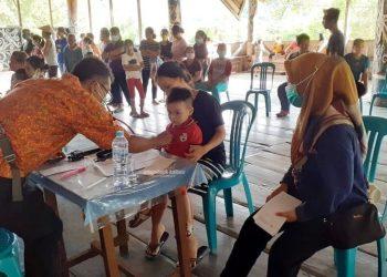 PENGOBATAN GRATIS : Tim Dokter Terbang saat melakukan pelayanan kesehatan gratis di Pujungan, baru-baru ini. Foto : Humas Provinsi Kaltara