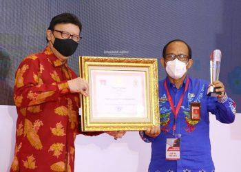 INOVASI : Kepala Dinkes Kaltara Usman menerima penghargaan Top 45 KIPP 2020 dari Menteri PANRB Tjahjo Kumolo, Rabu (25/11) lalu. Foto : Humas Provinsi Kaltara