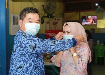 PROTOKOL KESEHATAN : Pjs Gubernur Kaltara, Teguh Setyabudi saat membagikan masker secara gratis kepada warga Kaltara, Minggu (29/11) siang. Foto : Humas Provinsi Kaltara