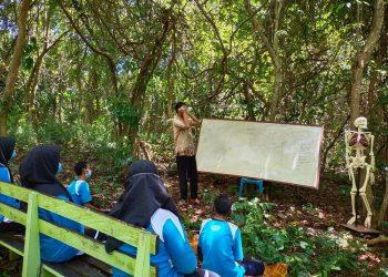 INOVATIF : Adiatman saat memberikan pelajaran kepada pelajar SMA 1 Sebatik di Laboratorium Alam SMA 1 Sebatik. Foto : Humas Provinsi Kaltara