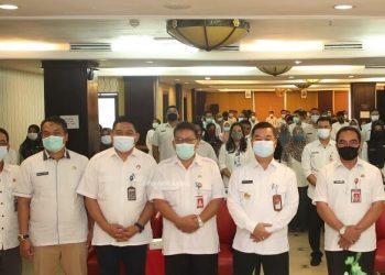 INOVASI : Pjs Gubernur Kaltara, Teguh Setyabudi berfoto bersama peserta sosialisasi pelayanan publik, Rabu (4/11). Foto : HumasProvinsi Kaltara