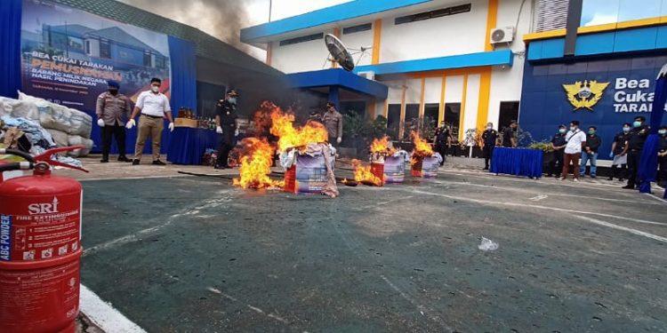 Pemusnahan barang ilegal rokok, pakaian bekas dan minuman alkohol di halaman kantor KPPBC TMP B Tarakan, Foto: Fokusborneo.com