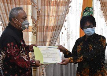 Bupati Bulungan H Sudjati, SH menerima dokumen hak paten Padi Sei Kayan dari Institut Pertanian Bogor (IPB) di ruang kerja Bupati Bulungan. Foto: Istimewa