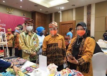 Walikota Tarakan dr.H.Khairul, M.Kes didampingi Kepala KPwBI Kaltara Yufrizal meninjau karya dan hasil produk para UMKM yang dipamerkan di ruang serbaguna perwakilan Bank Indonesia Provinsi Kalimantan Utara.