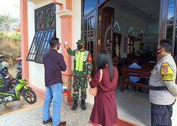 PROTOKOL KESEHATAN : Babinsa Kodim 0907 Tarakan melaksanakan penegakan protokol kesehatan, di salah satu tempat ibadah di Tarakan. Foto: Penerangan Kodim 0907 Tarakan