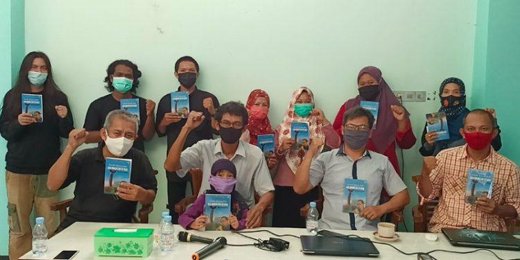 Alumni mahasiswa utara menggelar bedah buku untuk mengenang lahirnya gagasan pembentukan Provinsi Kalimantan Utara (Kaltara) di Warung DJ JL. WR. Supratman, Karang Anyar, Kota Tarakan, Jumat (30/10). Foto : Istimewa