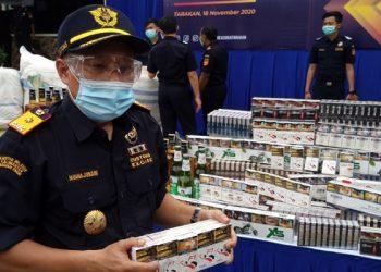 Kepala KPPBC TMP B Tarakan Minhajuddin Napsah Menunjukan Rokok Ilegal Tanpa Pita Cukai. Foto: fokusborneo.com