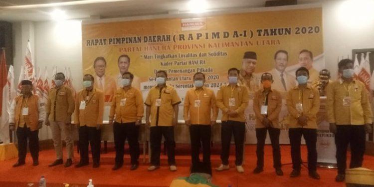 Metua DPC Hanura kota Tarakan Yulius Dinandus saat menyerahkan fakta integritas pemenangan Pilgub. Foto : Istimewa