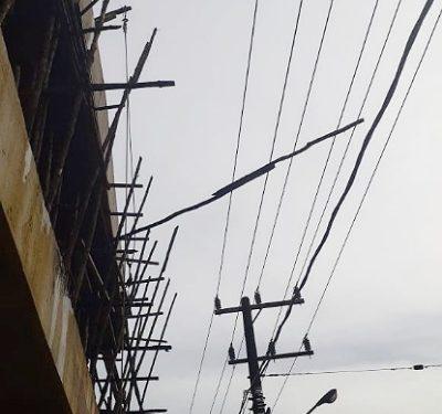 Batang Kayu Pekerjaan Kontruksi Menimpa Jaringan Listrik di Sebengkok. Foto: Istimewa