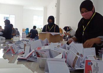 Puluhan Petugas Melakukan Sortir dan Kipas Kertas Suara Pilkada Kaltara di Gudang Logistik KPU Tarakan. Foto: fokusborneo.com