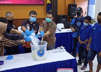 Hampir Satu Kilogram Narkotika Jenis Sabu- Sabu Dilarutkan Kedalam Air. Foto:fokusborneo.com
