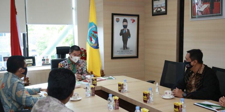 Pjs Gubernur Kaltara Teguh Setyabudi saat menerima kunjungan Ketua OJK Kaltim. Foto : Humas Provinsi Kaltara