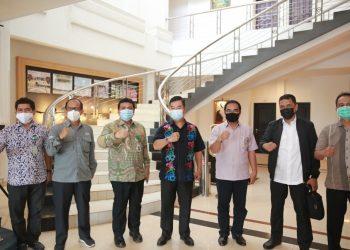 LAWAN COVID-19 : Pjs Gubernur Kaltara, Teguh Setyabudi berfoto bersama Plt Dirjen P2P Kemenkes Muhammad Budi Hidayat, Minggu (29/11). Foto : Humas Provinsi Kaltara