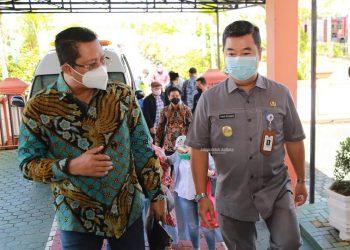 PENYAMBUTAN : Pjs Gubernur Kaltara, Teguh Setyabudi saat menyambut kedatangan Wakil Ketua DPD RI Mahyudin di VIP Room Bandara Juwata Tarakan, Selasa (1/12). Foto: Humas Provinsi Kaltara