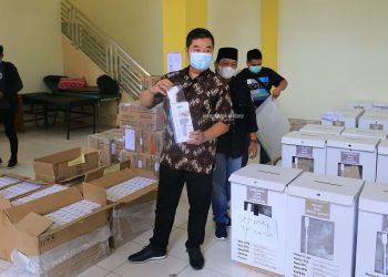KESIAPAN : Pjs Gubernur Kaltara, Teguh Setyabudi saat memeriksa kondisi surat suara dan pendistribusiannya di Gudang Logistik KPU Kaltara, Sabtu (5/12). Foto : Humas Pemprov Kaltara