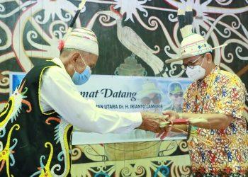 PENGHARGAAN : Gubernur Kaltara, Dr H Irianto Lambrie saat menerima Mandau dari Ketua Adat Desa Long Lejuh, Sulang, Minggu (6/12). Foto : Humas Provinsi Kaltara