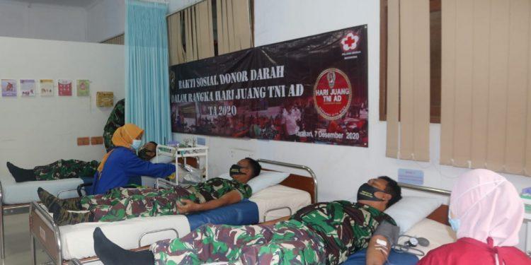 Prajurit Kodim 0907 Tarakan melaksanakan donor darah dalam rangka Hari Juang TNI AD di Kantor PMI Kota Tarakan. Foto : Penerangan Kodim 0907 Tarakan