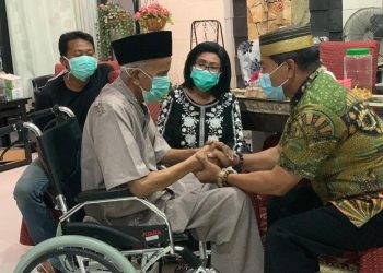 Drs. H. Zainal Arifin Paliwang SH M.Hum saat bersilaturahmi ke kediaman dr H.Jusuf SK. Foto: Istimewa