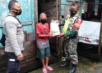BANTUAN : Kodim 0907/Tarakan dan Polres Tarakan, melaksanakan pendistribusian bantuan sosial kepada warga yang membutuhkan. Foto: Penerangan Kodim 0907 Tarakan