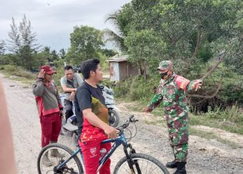 PROKES : Babinsa Kodim 0907 Tarakan, mengingatkan warga untuk menggunakan masker pada saat beraktifitas diluar rumah.Foto: Doc Babinsa Dim 0907 Tarakan