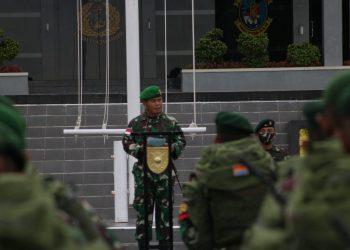 Komandan Korem 092/Maharajalila Brigjen TNI Suratno, menyambut kedatangan satgas Batalyon Arhanud 16/Sula Buana Cakti yang akan bertugas sebagai satuan perbatasan RI - Malaysia diwilayah Kabupaten Nunukan. Foto: Penerangan Kodim 0907 Tarakan