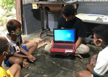 Beberapa Pelajar Sekolah Dasar Serius Belajar dengan Laptop. foto: Pertamina Foundation