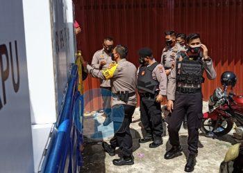 Kapolres Tarakan AKBP Fillol Praja Arthadira Meninjau Proses Distribusi Logistik Kontak Suara. Foto: fokusborneo.com