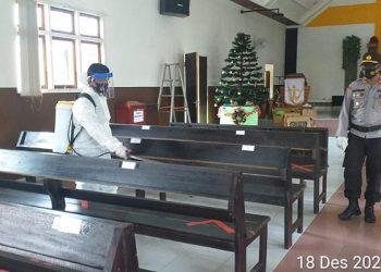 Personil Polres Malinau dan TNI Lakukan Penyemprotan Gereja di Wilayah Malinau. Foto: IST