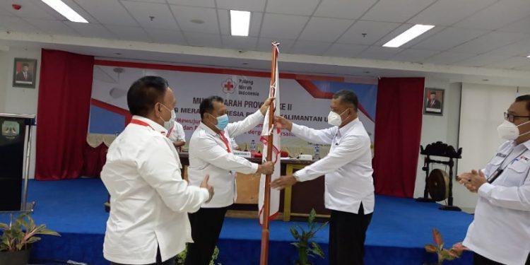 Ketua Terpilih Syaiful Herman Menerima Pataka PMI Kaltara. Foto: ist