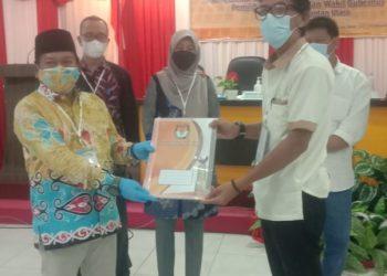 SERAHKAN : Saksi paslon menerima hasil rekapitulasi perhitungan suara dari KPU Kaltara. Foto : Istimewa