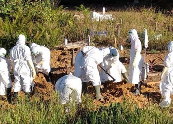 Pakaian APD Lengkap, Petugas Melakukan Pemakaman Jenazah Pasien Covid-19 di Pemakaman Juata Laut. Foto: IST/Diskominfo-SP
