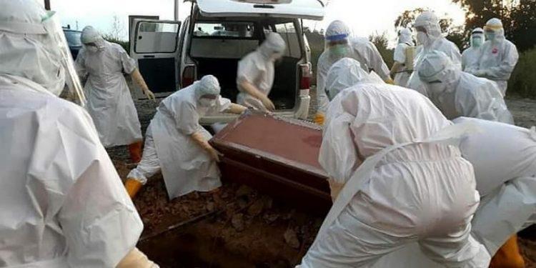 Proses pemakaman jenazah Covid-19 di Kota Tarakan. Foto: IST/BPBD Tarakan