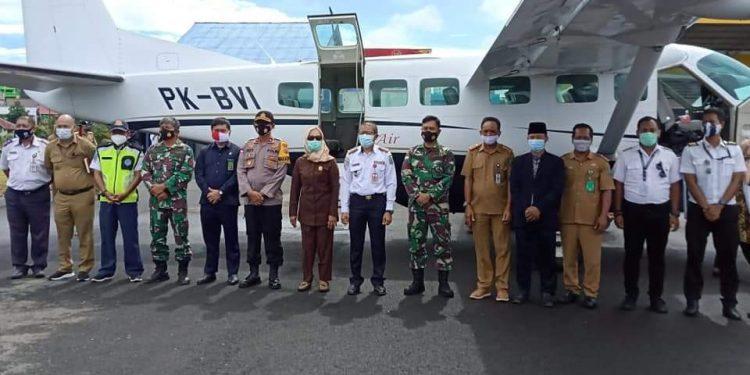 Bupati Nunukan Hj.Asmin Laura Hafid  foto bersama dengan tamu undangan setelah peresmian penerbangan SOA penumpang Nunukan- Longbawan Tahun 2021 di Bandara Nunukan. Foto: Ist