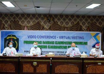 Bupati Nunukan, Hj.Asmin Laura Hafid saat pimpin rapat secara virtual persiapan program vaksin Covid- 19 di ruang pertemuan VIP Lt.IV Kantor Bupati Nunukan. Foto:Humas Nunukan