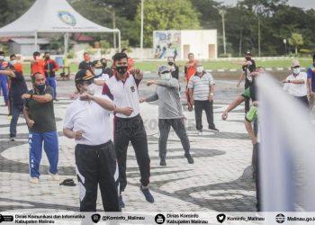 Bupati Malinau, Dr.Yansen TP, M.Si  bersama FKPD, OPD serta masyarakat menggelar senam sehat melawan Covid- 19 di lapangan Pro Sehat Pelangi Intimung. Foto: Diskominfo Malinau