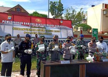 Keterangan foto : Polres Nunukan musnahkan 1.638 botol miras dan 4 Kg sabu di Mako Polres Nunukan, Kamis (31/12). Foto : Istimewa
