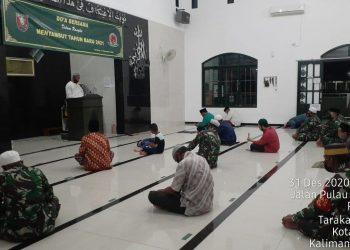 DOA BERSAMA : Prajurit Kodim 0907 Tarakan melaksanakan doa bersama menyambut tahun baru 2021 di Masjid Al Baraqah Kodim. Foto : Penerangan Kodim 0907 Tarakan