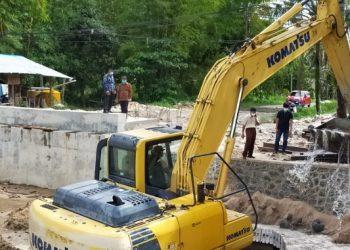 Anggota Komisi 3 DPRD Kota Tarakan, meninjau pembangunan jembatan di Jalan Aki Balak Kelurahan Karang Anyar tepat di depan landasan Bandar Udara International Juwata Tarakan, Selasa (5/1). Foto : Fokusborneo.com
