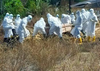 Personel Brimob bantu pemakaman pasien Covid-19 Kota Tarakan, Minggu ( 10/01/21 ). Foto : Istimewa