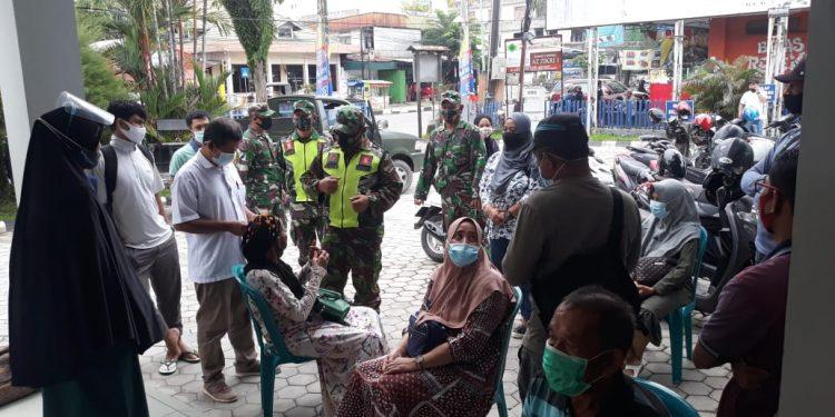 Personil Kodim 0907/Tarakan melaksanakan penegakan pendisiplinan protokol kesehatan di pusat keramaian. Foto: Penerangan Kodim 0907 Tarakan
