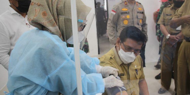 Plt Bupati Bulungan Ingkong Ala, melakukan pemeriksaan dan cek kesehatan, sebelum dilakukan vaksinasi. Foto: Ist
