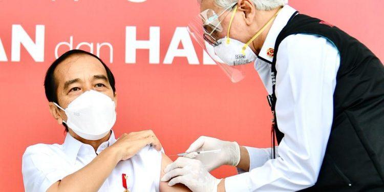 Presiden RI Jokowidodo, saat menerima Vaksin Covid- 19. Foto: Laily Rachev - Biro Pers Sekretariat Presiden