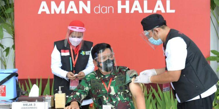 Panglima TNI Marsekal Hadi Tjahjanto ikuti Vaksinasi perdana bersama Presiden. Foto: Kris - Biro Pers Sekretariat Presiden