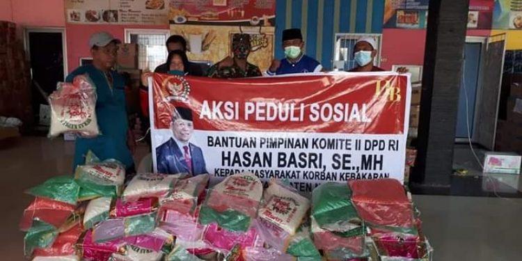 Wakil Ketua Komite II DPD RI Hasan Basri melalui relawan dan sahabat HB di Nunukan menyerahkan bantuan beras 1 ton kepada korban kebakaran di Pasar Inhutani Nunukan, Rabu (13/1). Foto : Istimewa